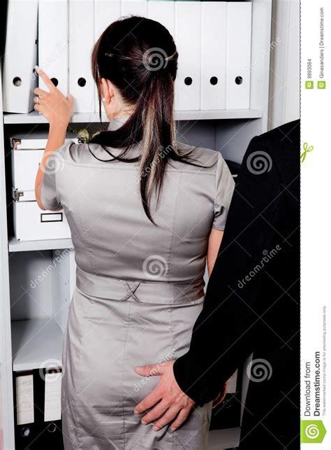 dans le bureau harcèlement sexuel au travail dans le bureau images stock