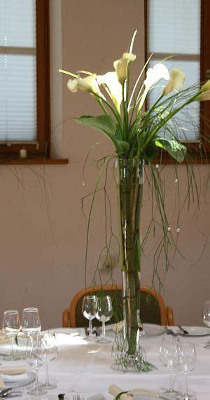 schlanke vase mit calla deko tischdekoration hochzeit