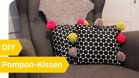 kissen selber machen diy anleitung pompon kissen einfach selber machen roombeez powered by otto