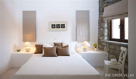 louer une chambre de sa maison vacances en grèce dans une villa en blanc et bleu vivons