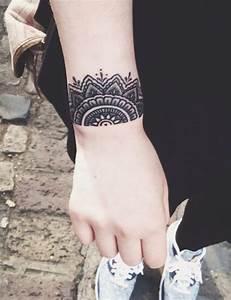 Tattoo Armband Handgelenk : unterarm tattoo f r frau 47 ideen f r sch ne motive ~ Frokenaadalensverden.com Haus und Dekorationen