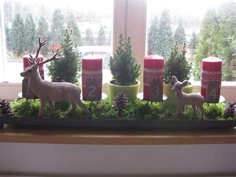moderne weihnachtsdeko fensterbank adventsgesteck fensterbank