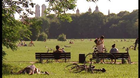 englischer garten münchen oben ohne parc jardin anglais munich allemagne sd stock