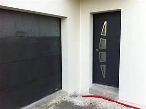 porte d39entree moderne assortie a la porte de garage With porte d entrée grise