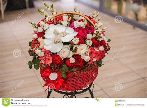 bloemen in box beautiful bouquet red and white flowers in box stock photo