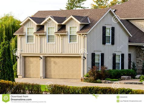 Dreifache Garage Mit Einer Wohnung Oben Stockfoto Bild