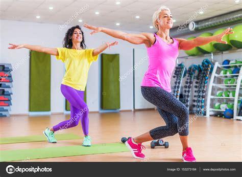 abnehmen im fitnessstudio zwei gl 252 ckliche weiblichen fitness modelle tanzen