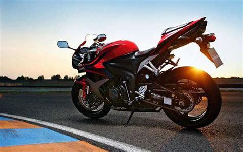 夕日を受けて輝くホンダのバイクの壁紙画像