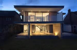 maison contemporaine avec toit terrasse et bardage bois