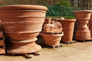 Au Jardin Les Pots De Toscane Habillent Terrasses Et Jardins
