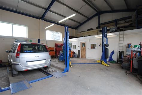 Garages For Sale In Cornwall by Busy Garage With 3 Bed Bungalow Garages For Sale In