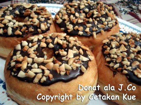 Co mungkin menjadi pilihan sebagian orang, sekedar singgah untuk menikmati donatnya yang lezat. cetakan kue: Donat ala J.Co