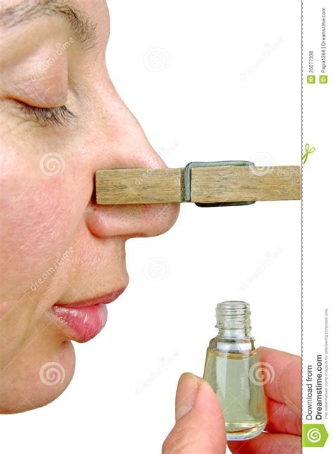 femme avec la pince 224 linge dans le nez