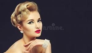 Coiffure Années 60 : belle jeune fille avec des bijoux maquillage dans le style ~ Melissatoandfro.com Idées de Décoration