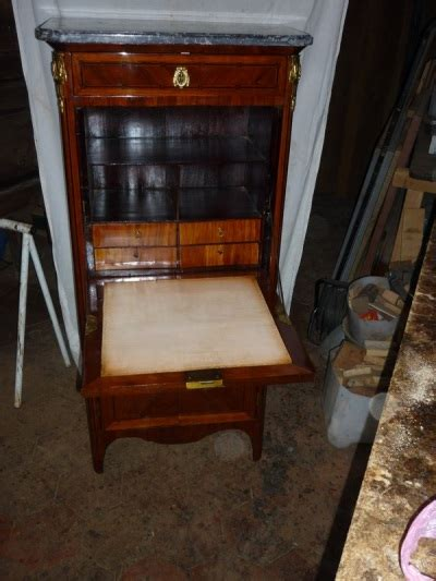 sous le bureau de la secretaire secretaire meuble ancien cool maie ancienne chne uac