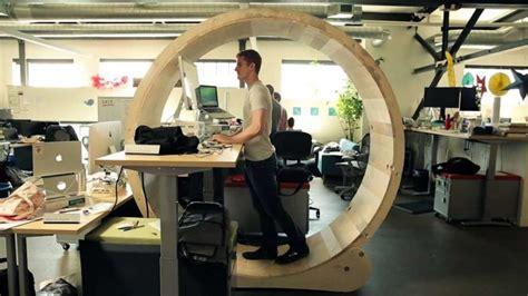 bureau position debout 4 astuces pour se fabriquer un bureau debout à moindre