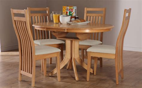 Hudson & Bali Round Extending Oak Dining Table and 4 6