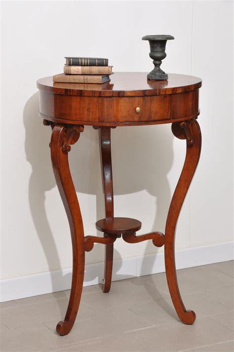 Tavolino rotondo da salotto finemente intarsiato in stile