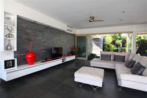 schwarze waendemodernes wohnzimmer design  weiss schwarz