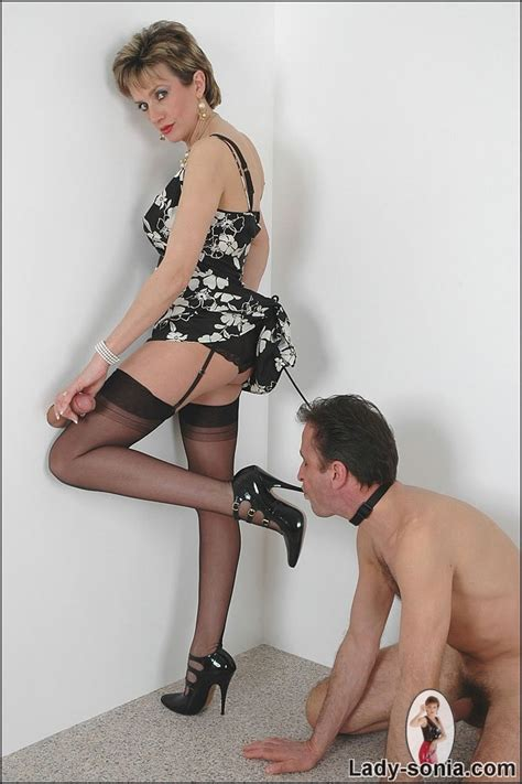 Lady Sonia With Leashed Male Slave Is Sucking Gloryhole