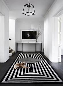 Tapis Graphique Noir Et Blanc : couloir noir et blanc 5 id es pour cr er la surprise blog d coration ~ Teatrodelosmanantiales.com Idées de Décoration