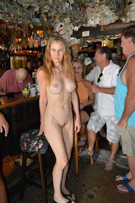 Mature Lady Naked In A Bar Zdjęcie Porno EPORNER