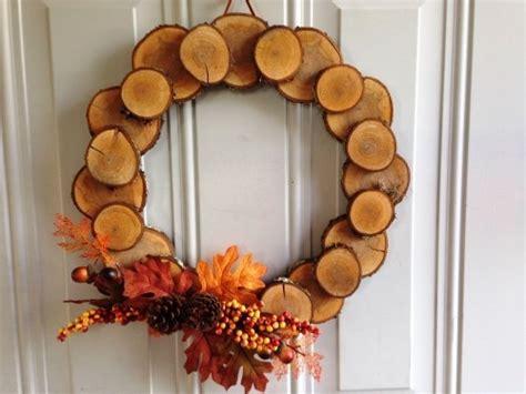 ideen zum basteln mit holzscheiben kreativ und naturnah zu weihnachten dekorieren