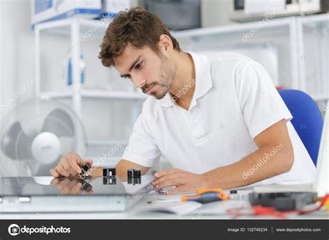 installazione piano cottura giovane manutentore installazione piano cottura a