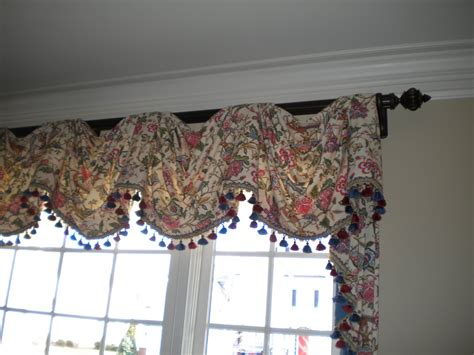 valance curtains  living room floral pattern hanging