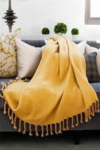 1001 idees de decors avec couleur moutarde des conseils With tapis jaune avec grand jete canape