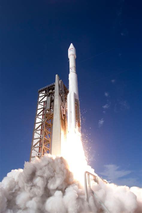 Photos: Atlas V blasts off with high-speed Internet ...