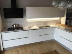 Cucina artigianale moderna con ola laccata bianco opaco bancone rovere vecchio top