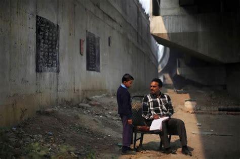 ninos pobres en india asisten  la escuela bajo  puente