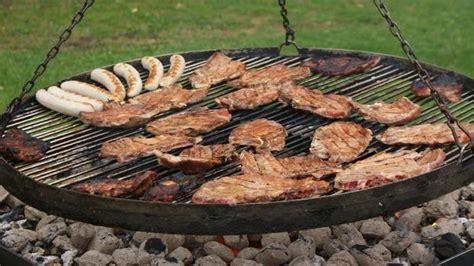 schwenkgrill traditionell fuer das grosse grillvergnuegen