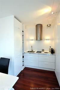 Cuisine Avec Parquet : une petite cuisine blanche moderne avec parquet fonc au sol maison de ouf en 2018 ~ Melissatoandfro.com Idées de Décoration