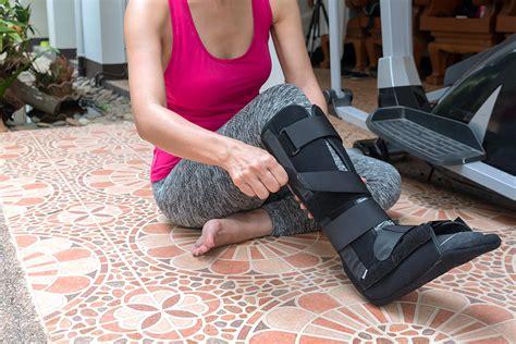 moon leg boot splint cam met woman injury sulla sur lesione blessure donna reposant femme crutches walker sportkleding zwarte splinter