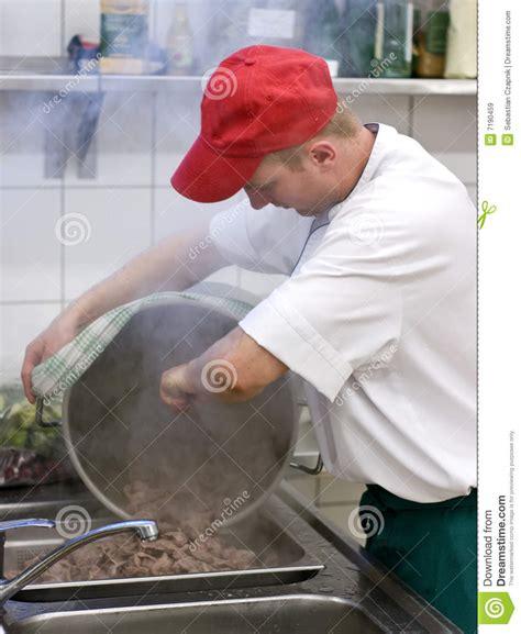 cuisine commerciale cuisinier dans la cuisine commerciale images libres de