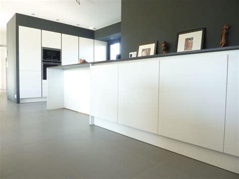 cuisine avec plan de travail noir intemporel black white vente et installation de cuisines et salle de bain agencement sur