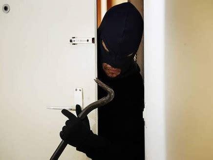 Ladri In Casa by Anziana Si Difende Dai Ladri In Casa Scappano