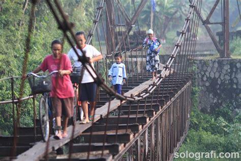 Emosi Wanita Dewasa Tak Ada Jalan Lain Para Pelajar Nekat Melintasi Jembatan