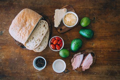 Brokastu maize ar avokado salsu un ceptu bekonu - Jauns.lv