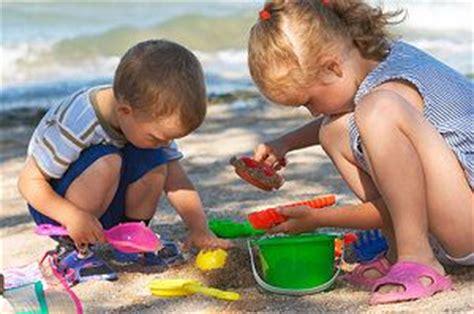 sandspielzeug aus kunststoff und metall
