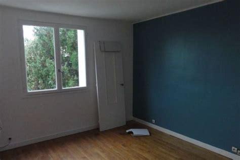 bureau bleu petrole peinture room wallpaper  couch