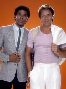 80er Mode Herren : look anni 80 uomo protagonisti miami vice t shirt rosa pastello pantaloni giacca bianchi giacca ~ Frokenaadalensverden.com Haus und Dekorationen