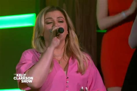 Kelly Clarkson Gets The Audience On Their Feet With Epic ...