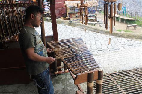 Cara memainkannya yakni dipukul dengan alat pemukul khusus. 'Calung' Alat Musik yang Menghasilkan Harmoni Indah : Kesenian - Situs Budaya Indonesia