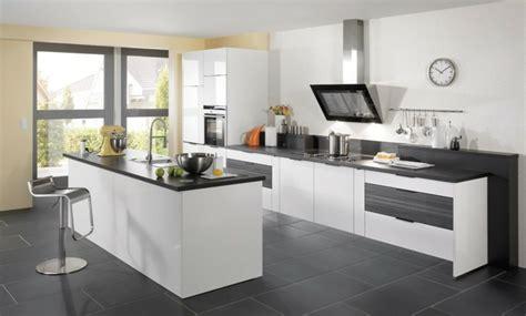 vers blanc cuisine carrelage gris avec quelles couleurs l 39 associer idées