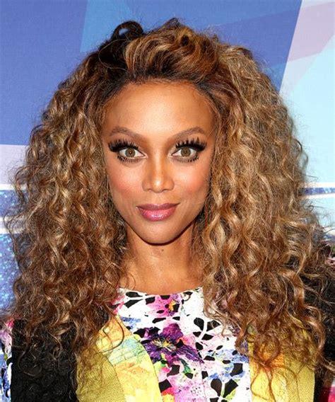 tyra banks casual long curly hairstyle dark blonde hair