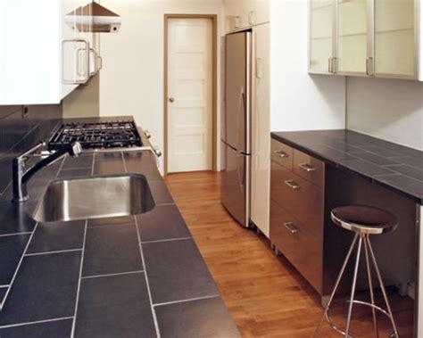 cuisine moderne avec un plan de travail en carrelage