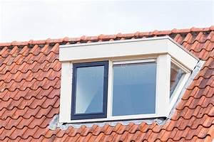 Lucarne De Toit : lucarne sur le toit du grenier avec des tuiles de toit ~ Melissatoandfro.com Idées de Décoration
